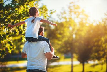 Isä lapsen kanssa puistossa