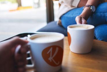 Kahden ihmisen työpaja Konkari-kodin kahvimukit kädessä